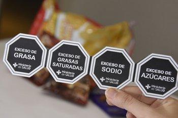 El proyecto de ley aplica a los alimentos con exceso de grasas, sodio, grasas saturadas y azúcar.