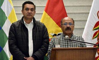 El ministro de Salud de Bolivía Anibal Cruz (derecha) junto al secretario de la Presidencia, Yerko Nuñez