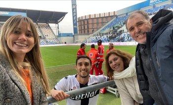 Su novia Marcela, su madre Ana y su padre Andrés, en Parma