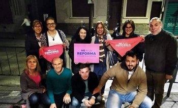 Docentes del liceo 1 con carteles de No a la Reforma