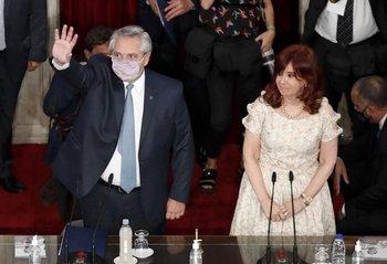 Alberto Fernández saluda junto a Cristina Fernández de Kirchner