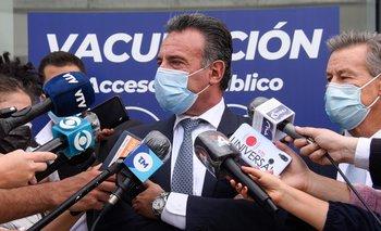 Daniel Salinas en rueda de prensa en el primer día de vacunación