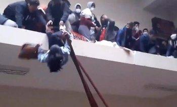Estudiante cae tras el derrumbe de la baranda