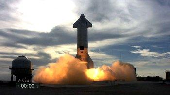 El prototipo logró aterrizar, pero explotó minutos más tarde.