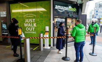 Clientes hacen cola para ingresar a la nueva tienda Amazon Fresh de Amazon en Ealing, al oeste de Londres.