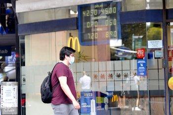 La divisa volvió a subir en el arranque de semana.