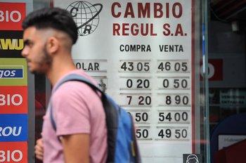 El billete verde se negociaba sobre el mediodía de esta jornada en el mercado mayorista en un rango de $ 44,65 y $ 44,69.