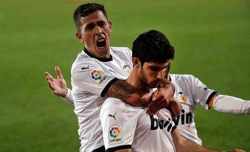 Christian Oliva abraza a Guedes tras el gol en la hora de Valencia
