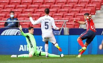 La notable definición tres dedos de Suárez tras ganarle la posición a Varane y ante la salida de Courtois