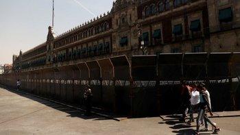 El muro que protege el Palacio Nacional de México