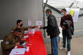 Vacunación de palestinos en puestos fronterizos de Cisjordania
