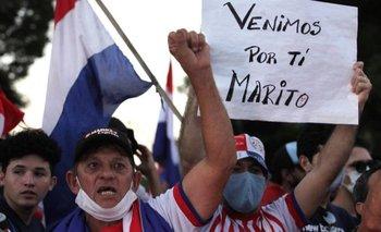 """""""Venimos por ti, Marito"""", dice una pancarta en medio de las protestas en Paraguay contra la gestión del presidente Mario Abdo Benítez."""