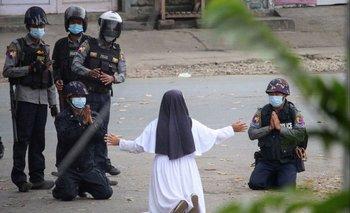 La monja Ann Rose detiene a las fuerzas de seguridad birmanas arrodillada
