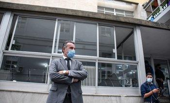 Daniel Salinas, de brazos cruzados, el día de su vacunación