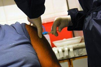 """Para el hombre, de 76 años, """"lo más importante"""" era recibir la vacuna contra el covid"""