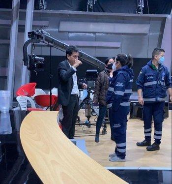 El periodista es atendido tras el accidente.