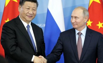 Xi Jinping y Vladimir Putin se saludan
