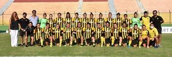 El plantel de Peñarol femenino completo antes de viajar a jugar la Copa Libertadores