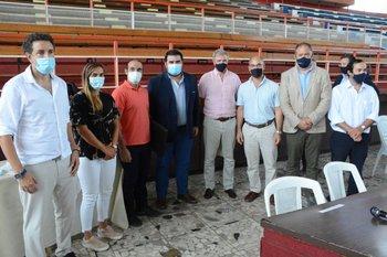 Sebastián Bauzá y el intendente de Paysandú, Nicolás Olivera, en el lanzamiento del Programa Sueño Olímpico, junto a Dolores Moreira y Milton Wynants