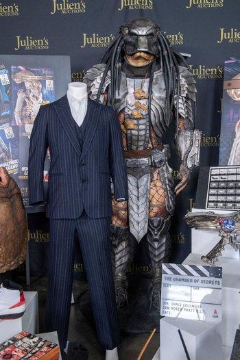 """El traje que luce Al Pacino en """"Scarface"""" y el traje en tamaño real de Xenomorph."""