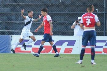 Javier Méndez de Danubio celebra el segundo gol en la hora ante Nacional