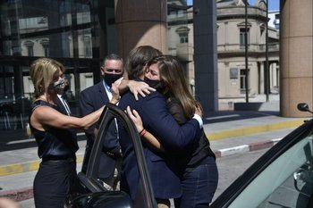 El presidente Luis Lacalle, acompañado de Lorena Ponce de León y Álvaro Delgado, saluda a la esposa de Andrés Abt