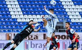 Crisitano Ronaldo va con la pierna muy arriba y le pega en la cara al arquero de Cagliari