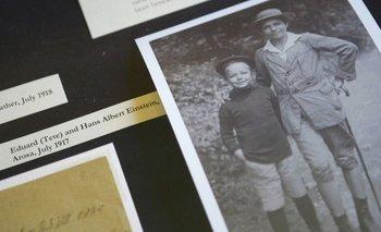 Esta foto de Eduard (izquierda) y Hans Albert, de julio de 1917, la hizo pública la Universidad Hebrea en 2006.