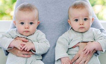 Una persona sostiene dos bebés