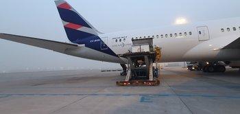 El avión de Latam salió desde Pekín este lunes y sobre el mediodía del martes arribó a Carrasco