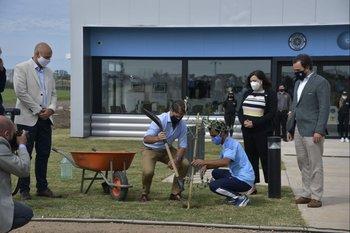 Lacalle Pou en la plantación de un arbol en el predio de la Montevideo City Football Academy