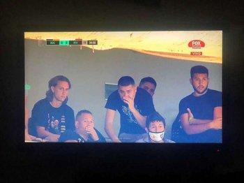 Arriba a la derecha, Agustín Riquelme con pulsera verde por estar en la lista de invitados