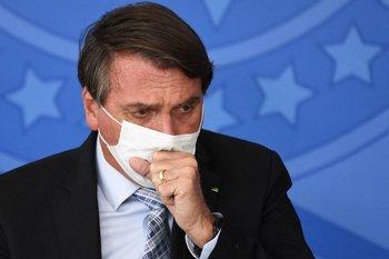 Jair Bolsonaro con tapabocas durante una rueda de prensa