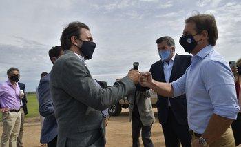 El ministro de Turismo, Germán Cardoso, saluda al presidente Luis Lacalle en la inauguración de Academia de Torque, el 16 de marzo