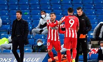 Luis Suárez en el momento del cambio ante Chelsea; ni se miran con el Cholo Simeone