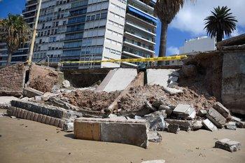Derrumbe en el muro de la Rambla, frente a la Plaza Gomensoro