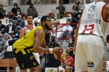 Jonathan Araújo, 10 puntos y 6 rebotes