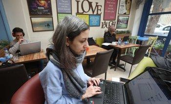 La periodista Zeina Shahla con su laptop en un café en Damasco.