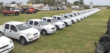 Entre los vehículos hay camionetas Land Rover, autos, camionetas doble cabina, minibuses y camiones