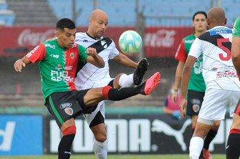 Diego Romero lucha con Matías Fritzler