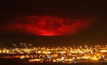 El volcán Fagradalsfjall se encuentra a unos 30 kilómetros al sur de la capital islandesa Reikiavik.