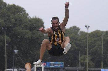 Emiliano Lasa se vistió con la camiseta de Peñarol, su nuevo club y ganó el Grand Prix Estrella Puente