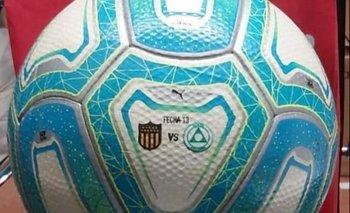 La pelota que presentó Peñarol con su escudo y el de Plaza Colonia
