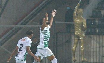 Diogo de Oliveira festeja su gol ante Peñarol