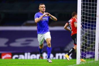 Jonathan Rodríguez celebra uno de sus goles de Cruz Azul ante Atlas