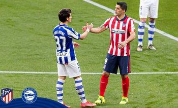 Facundo Pellistri y Luis Suárez se saludaron antes del partido entre Deportivo Alavés y Atlético de Madrid
