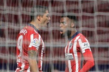 Luis Suárez celebra su gol con Thomas Lemar