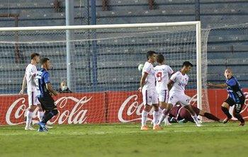 Ramírez y Almeida festejan el 1-0 de Rosso