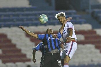 Almeida lucha de arriba con Vecino