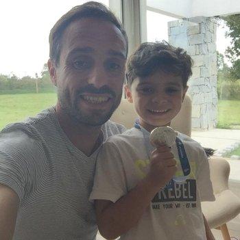 Hernán Figueredo, el capitán de Liverpool, en su casa de Tala con su hijo Dante y la medalla del título